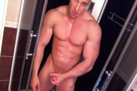 Bodybuilder Shower webcam- Watch Part 2 On GayBoysCam.com